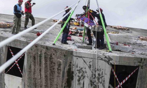 I.S.A.R.-Spezialisten bauen Seilbahn zur Menschenrettung